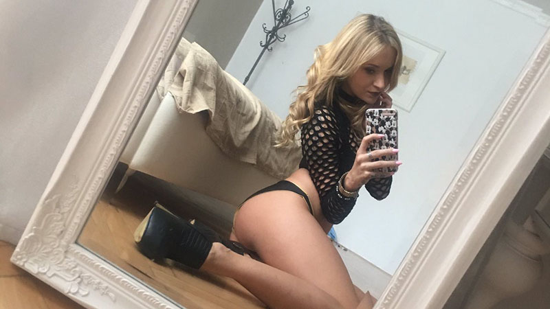 Czech beauty Angel Piaf shows off her best selfies
